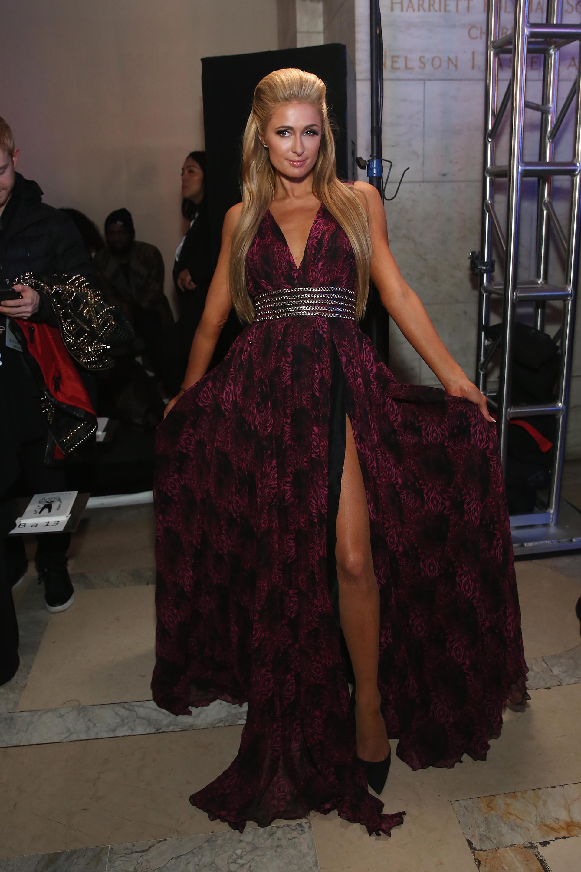Así pasó por la red carpet, con un fabuloso vestido con un gran escote y abertura lateral