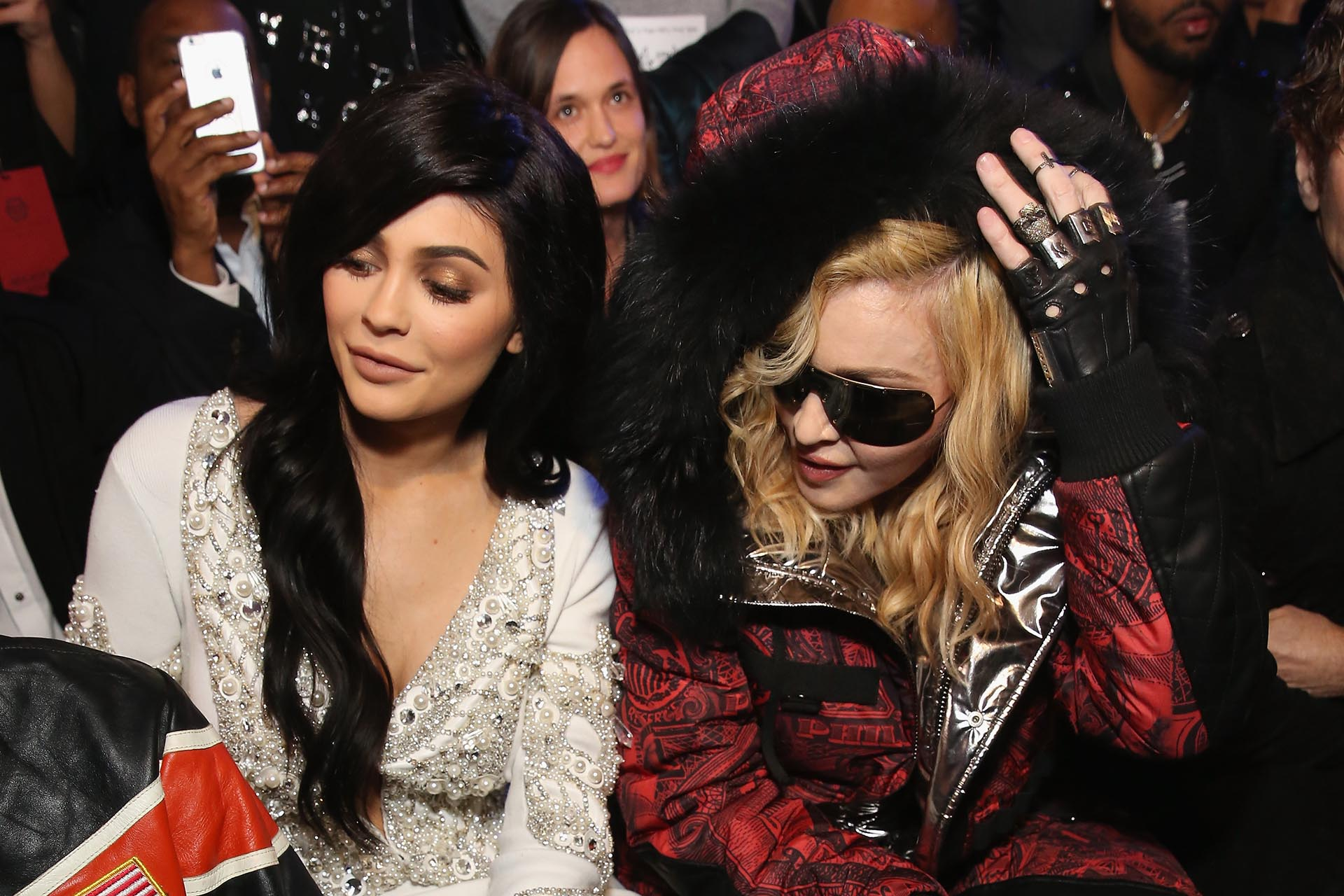 Kylie Jenner con un vestido bordado con piedras y perlas junto a Madonna y su extravagante look