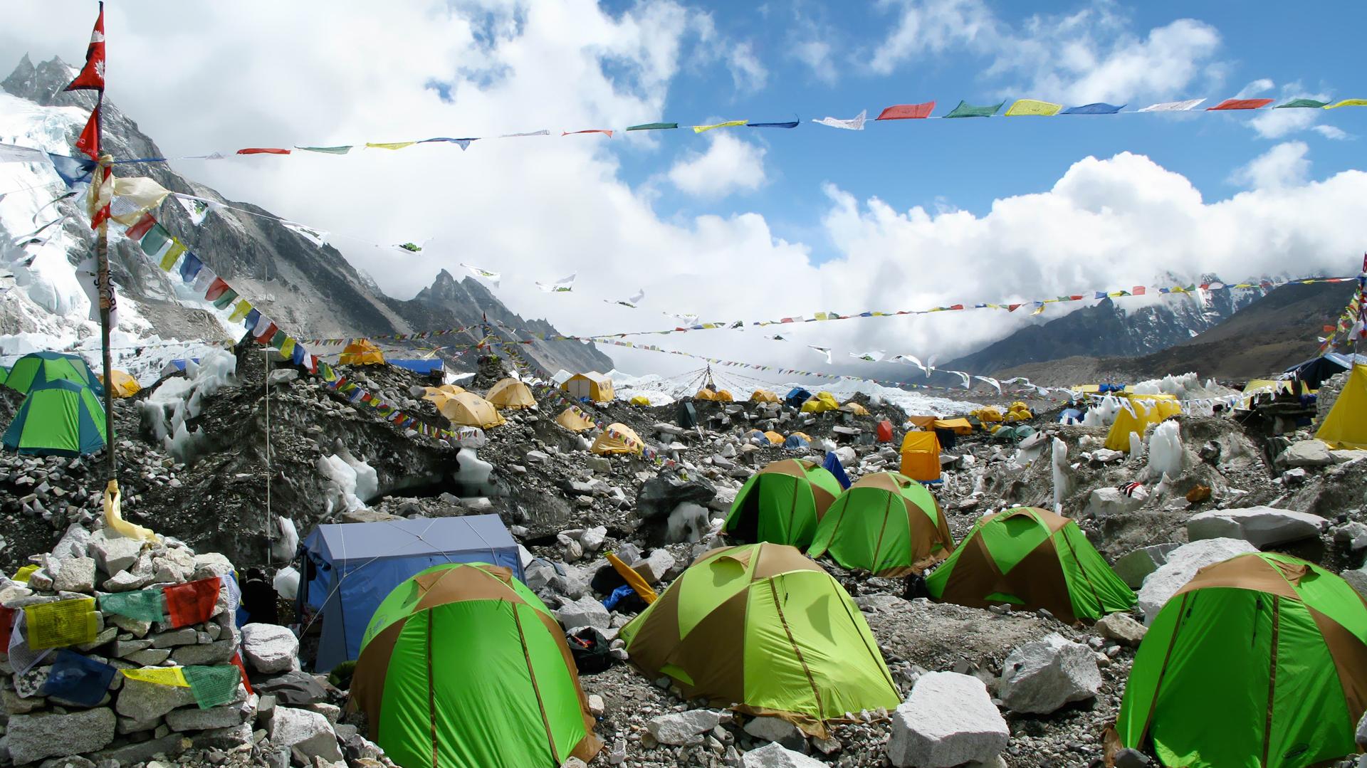 Nepal otorga unos permisos, que cuestan 11.000 dólares, para escalar la cumbre de 8.848 metros (Istock)