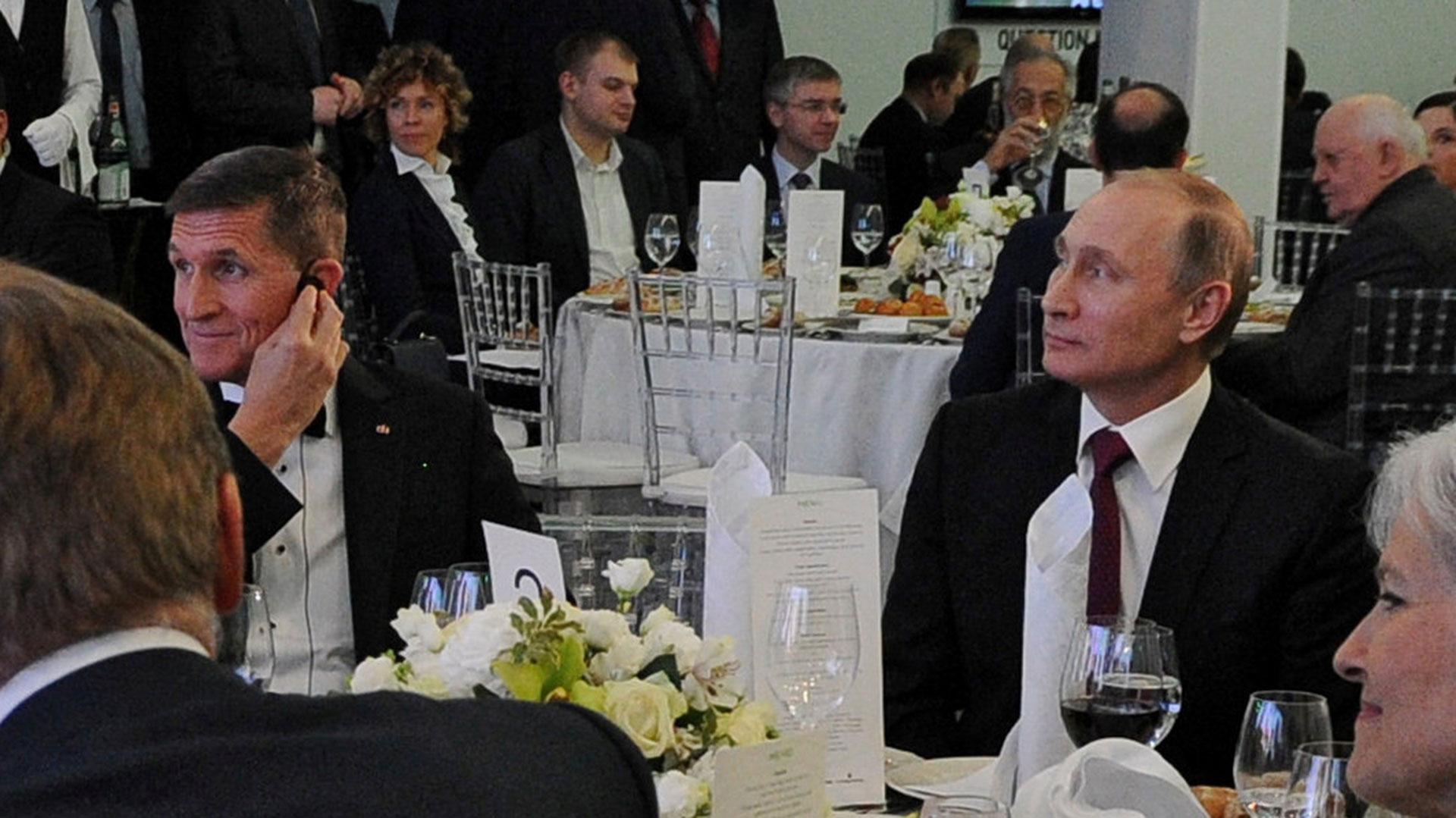 """Michael Flynn con el presidente ruso Vladimir Putin en un evento del canal oficialista ruso """"Russia Today"""""""