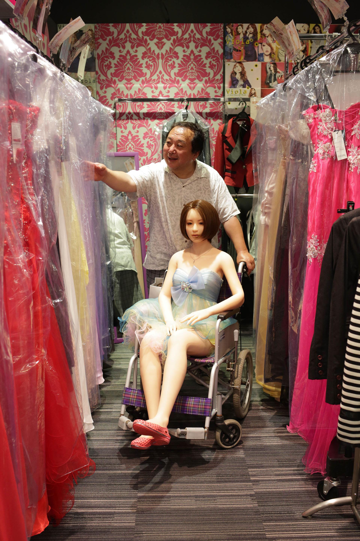 Senji Nakajami viste a la muñeca con ropa elegante y pelucas para que luzca más real