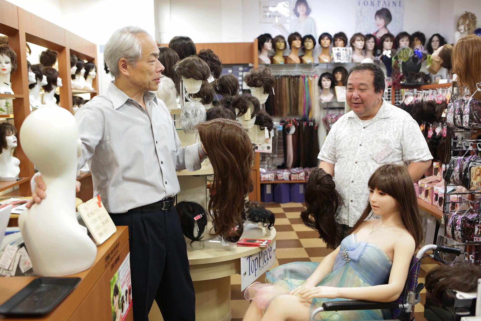 Comprando pelucas para Saori