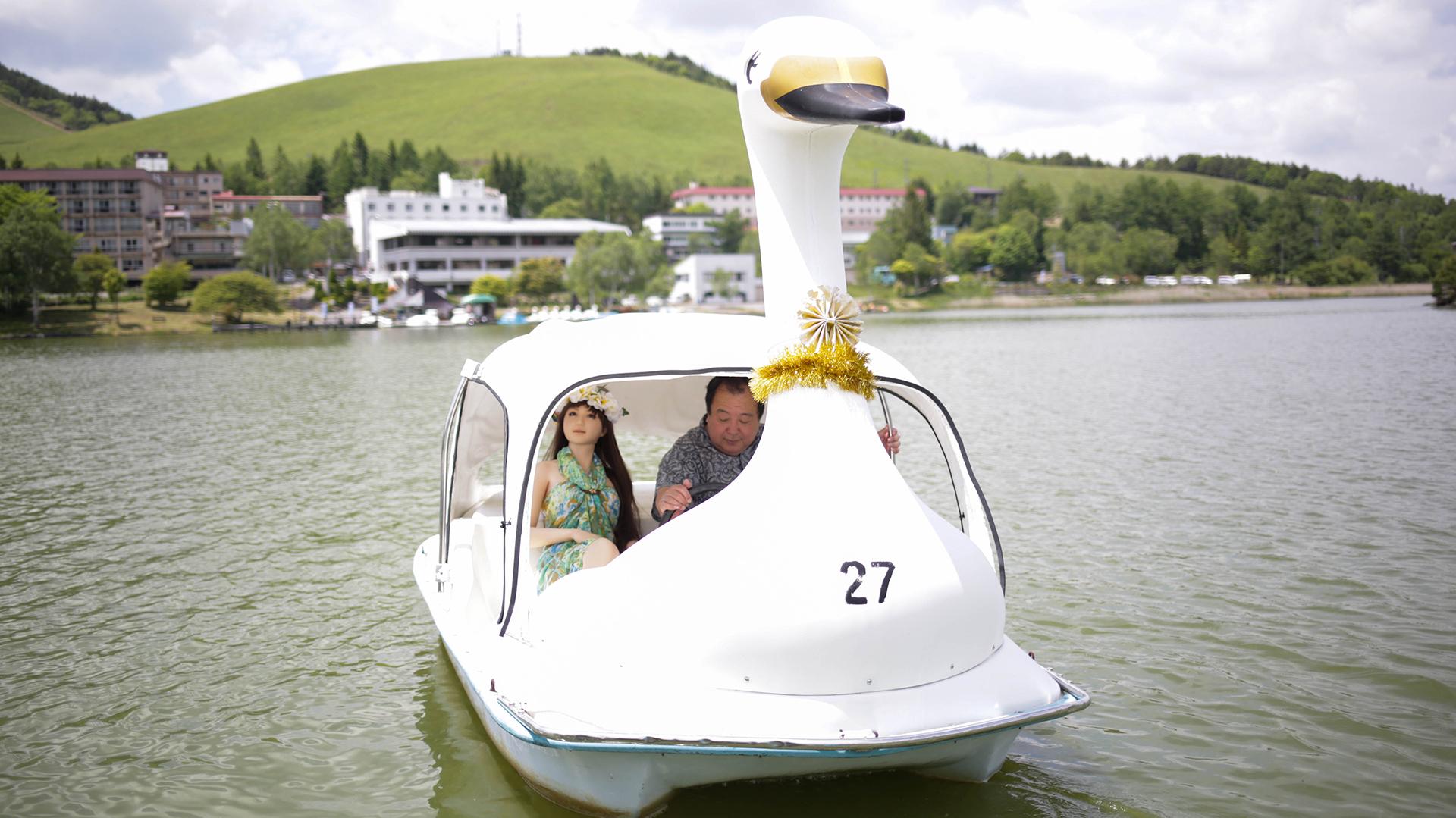 Los enamorados disfrutan del día navegando juntos