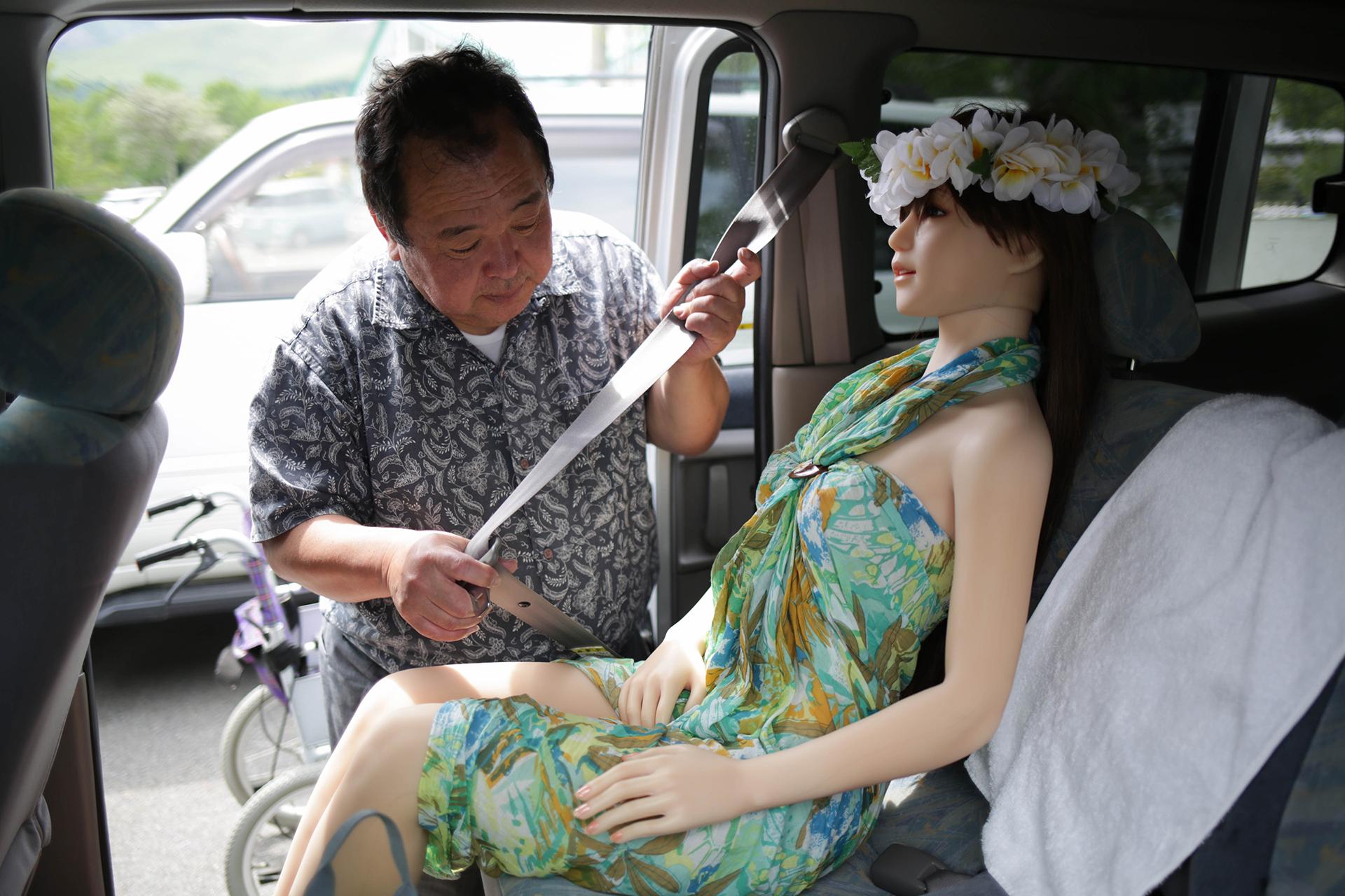 El empresario le abrocha el cinturón de seguridad para protegerla cuando viajan juntos
