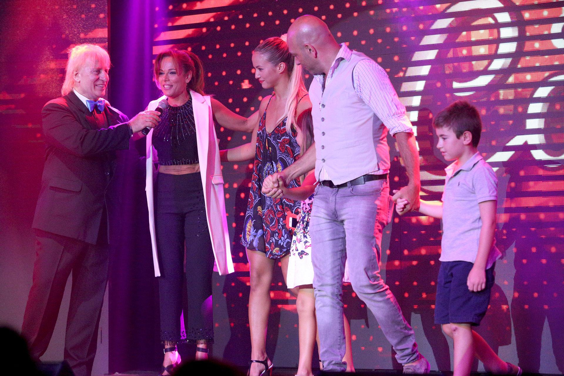 """Iliana Calabró, Flor Vigna y Fredy Villarreal, juntos en el escenario. El humorista fue premiado en la categoría Mejor Actor Cómico por su trabajo en """"Abracadabra"""""""