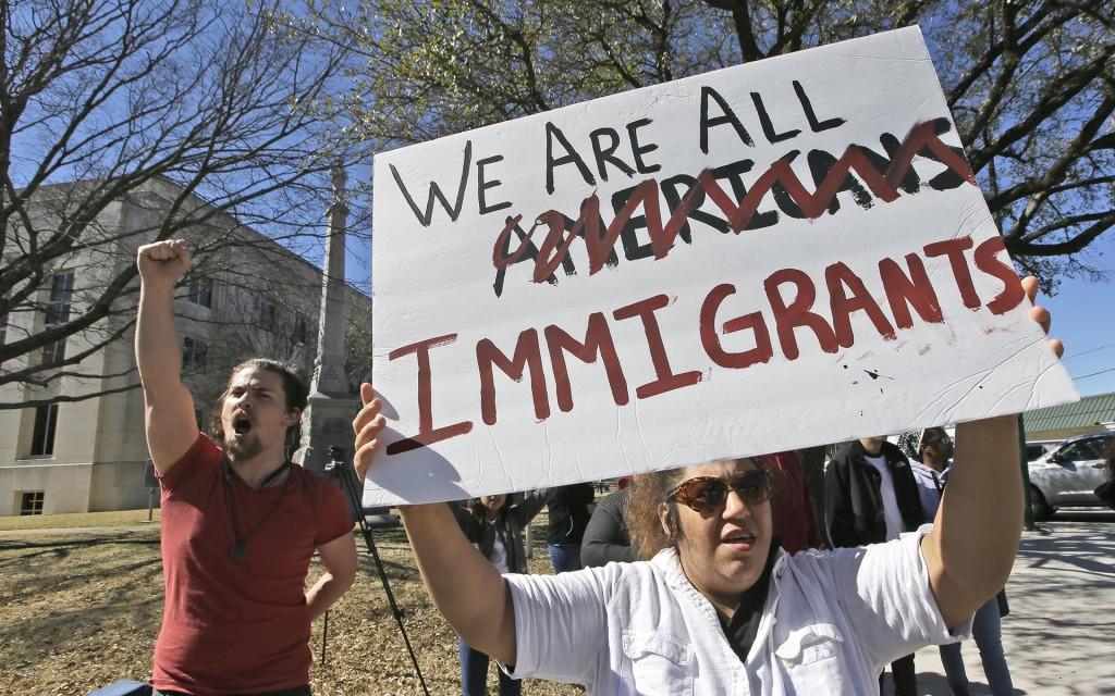 """""""Todos somos inmigrantes"""", señala el cartel de una manifestante en Sherman, Texas"""