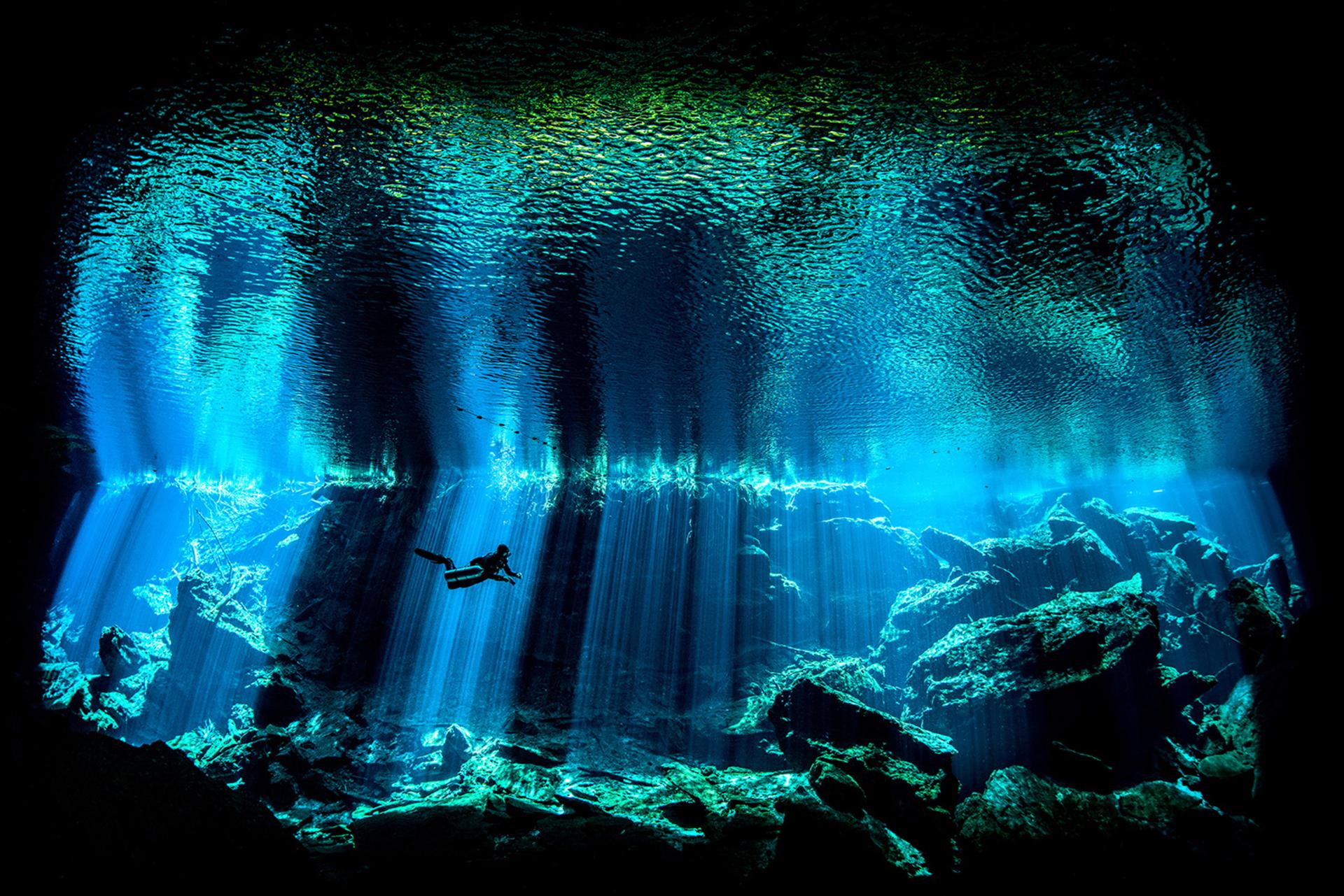 Edwar Herreño tomó esta imágen en la Península de Yucatán, México, se destaca por los espectaculares efectos de luz cuando el sol penetra en la oscuridad