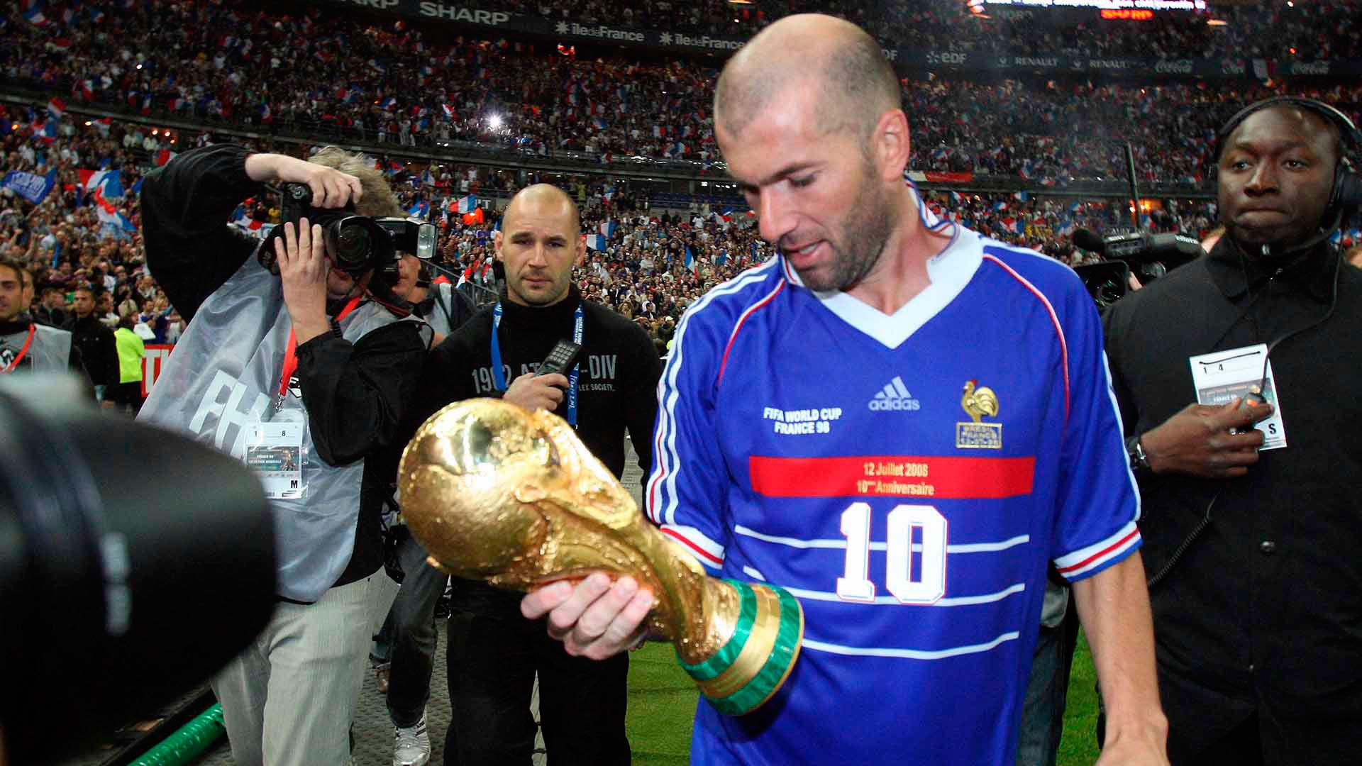 Zinedine Zidane con la Copa del Mundo en sus manos en 1998