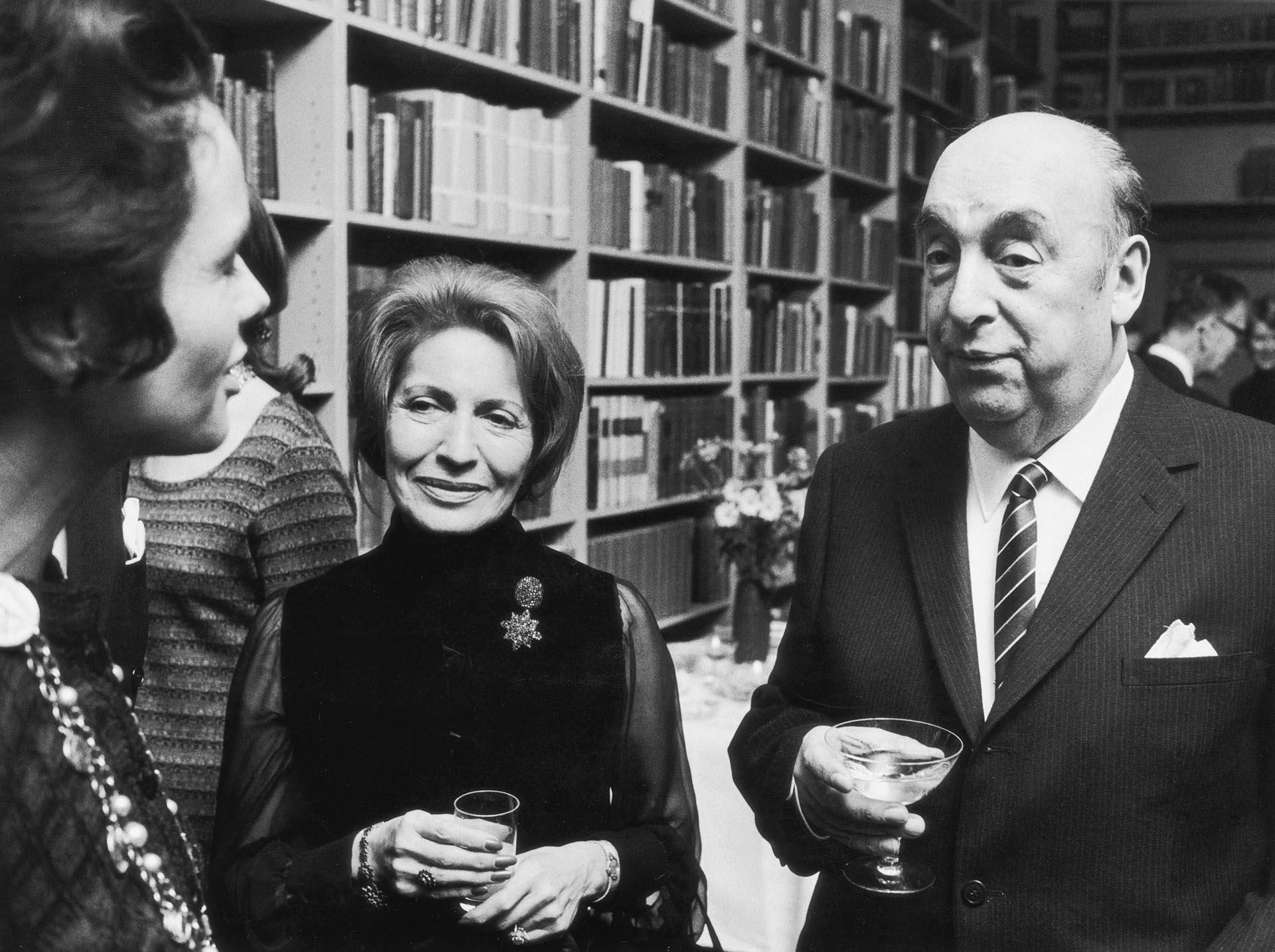 Pablo Neruda en Estocolmo con su esposa Matilda(Photo by Hulton Archive/Getty Images)