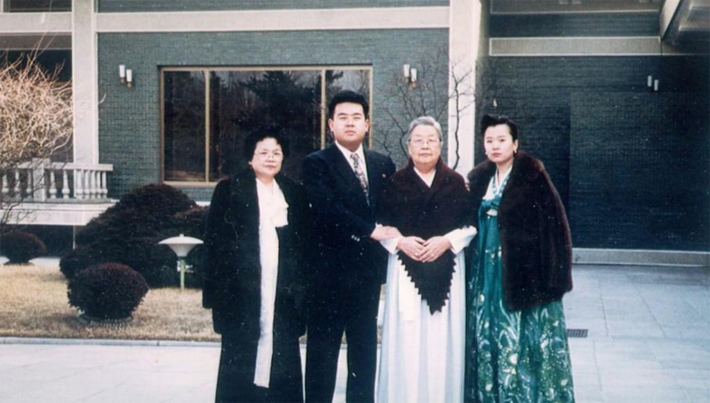 Song Hye-rang, Kim Jong-nam, Kim Wonju y Li Nam Ok en el cumpleaños del dictador Kim Jong Il en 1992 (Imogen O'Neil/The Golden Cage: Life with Kim Jong Il, A Daughter's Story)