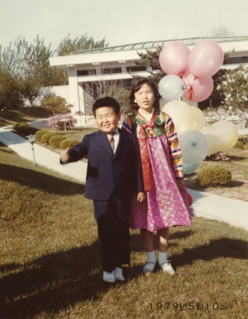 En su cumpleaños número 8 en 1979 y junto Li Nam Ok, sobrina de su madre que vivió un tiempo con la familia gobernante antes de exiliarse en Occidente en 1992 (Imogen O'Neil/The Golden Cage: Life with Kim Jong Il, A Daughter's Story)