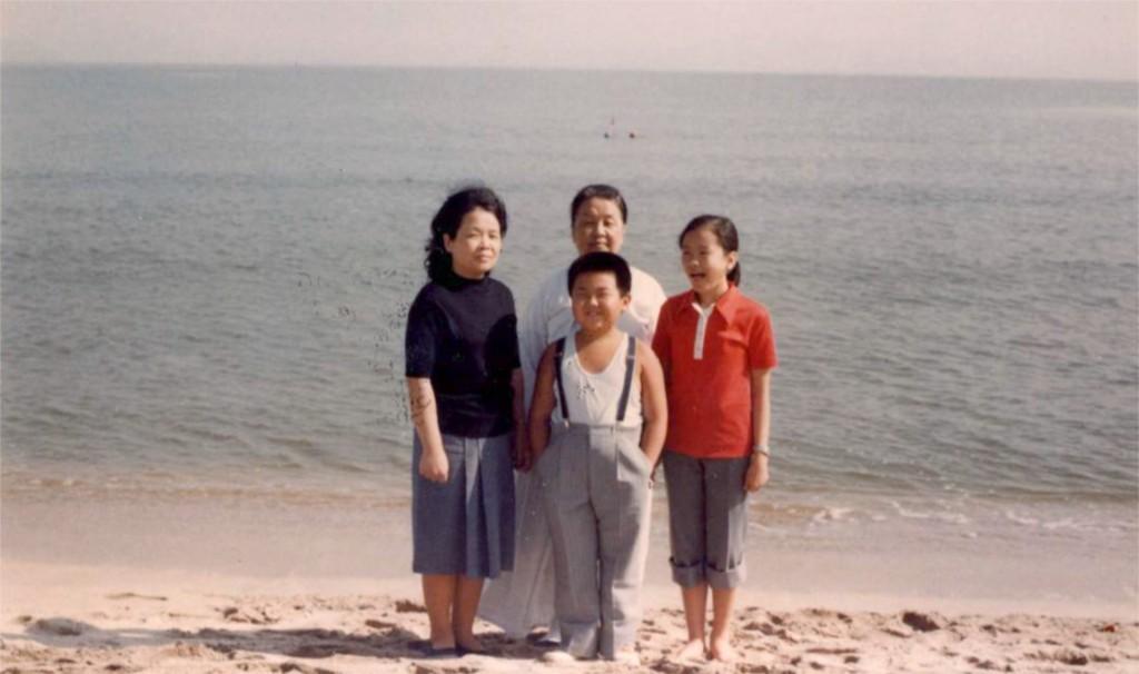 Junto su tía Song Hye rang, a la izquierda; su abuela Kim Won Ju, atrás; y Li Nam Ok, a la derecha, en la playa de Wonsan en 1980 (Imogen O'Neil/The Golden Cage: Life with Kim Jong Il, A Daughter's Story)