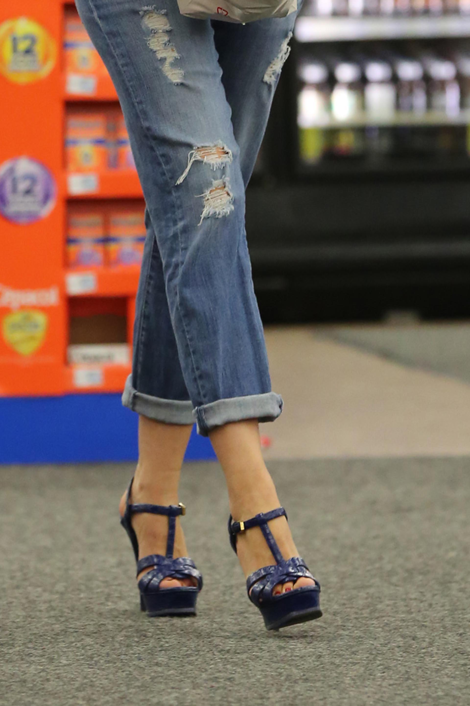Lejos de pasear con calzado cómodo, se animó a unas sandalias azules con plataformas y tacos altísimos