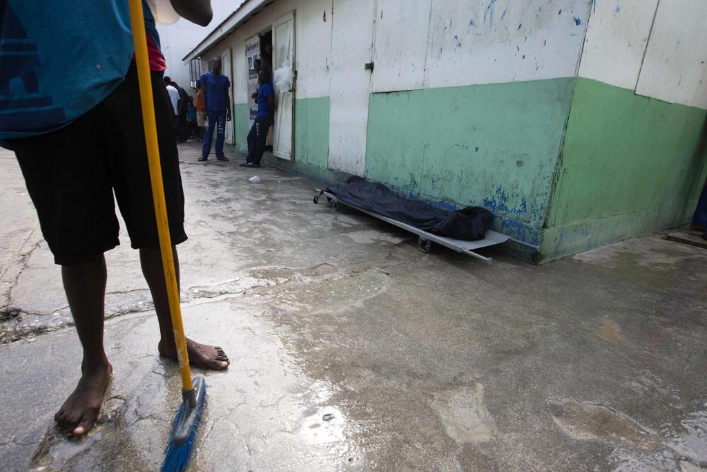 Un prisionero ha muerto de desnutrición y ha sido cubierto por una bolsa de plástico mientras se espera que las autoridades retiren el cuerpo(AP)