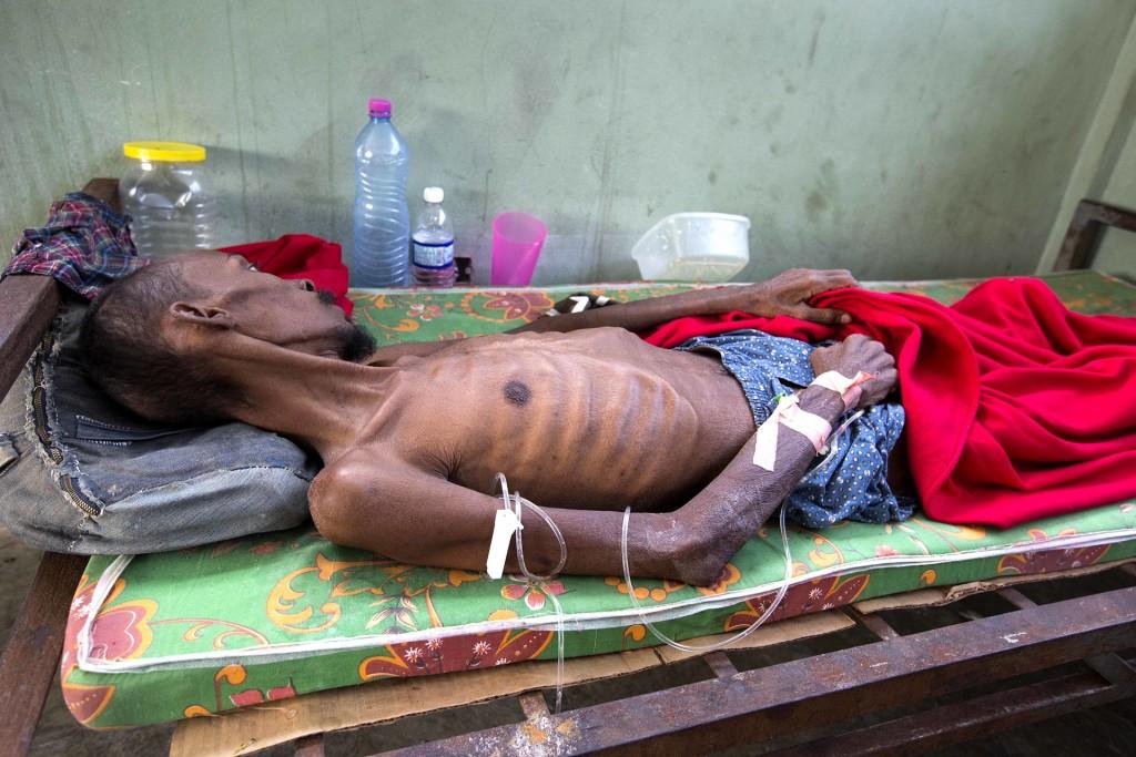 Un prisionero demasiado débil para mantenerse parado. Las muertes por las pobres condiciones de vida van en aumento (AP)