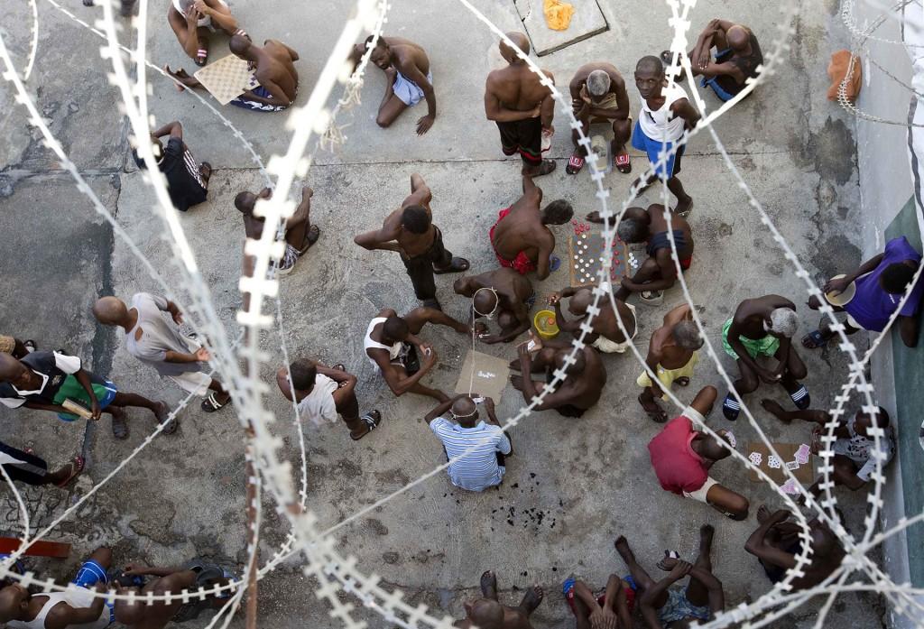 Dominó, damas y naipes, los pasatiempos preferidos en las prisiones haitianas (AP)