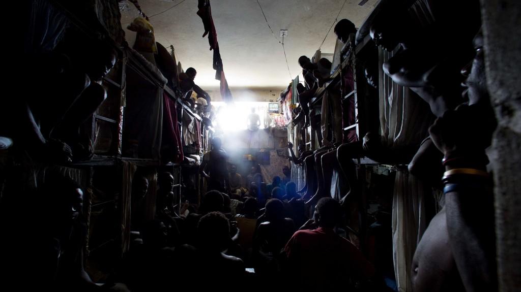 Los prisioneros se amontonan para ver la televisión en la penitenciaría de Puerto Príncipe (AP/Dieu Nalio Chery)