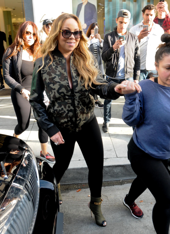 Mariah Carey salió de shopping y su presencia fue captada por los transeúntes, que no quisieron perder la oportunidad de tomarle fotos con sus celulares