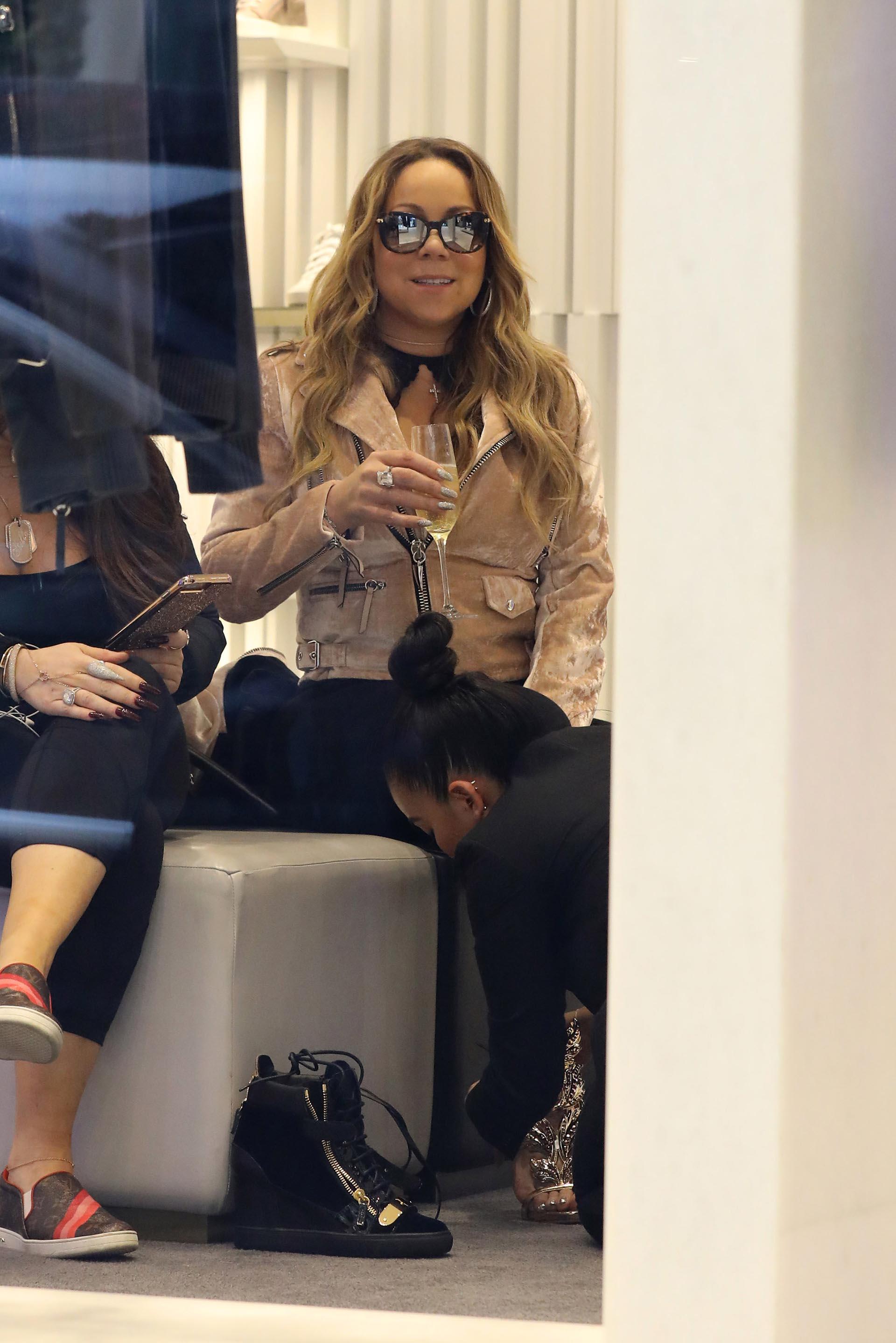 Como toda diva, recibió una atención personalizada que incluyó una copa de champagne y que la vendedora le ajustara los zapatos