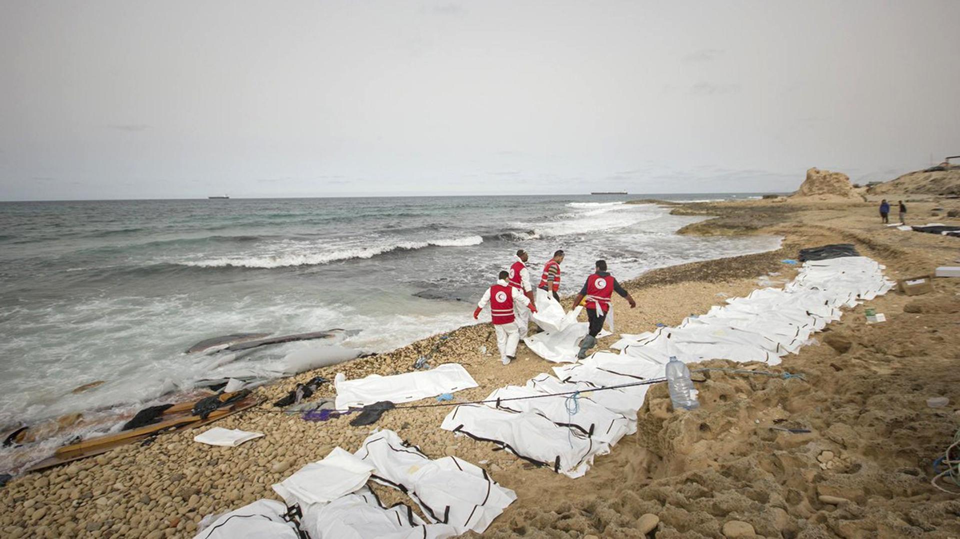 Refugiados muertos en las costas de Libia (@IFRC_MENA)