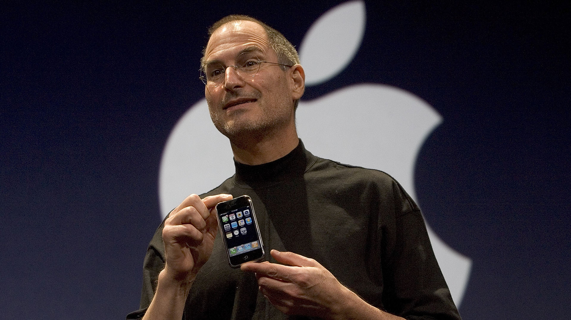 Steve Jobs sosteniendo el primer iPhone que fue presentado en San Francisco el 9 de enero de 2007 y lanzado al mercado el 29 de junio de ese mismo año. (Photo by David Paul Morris/Getty Images)
