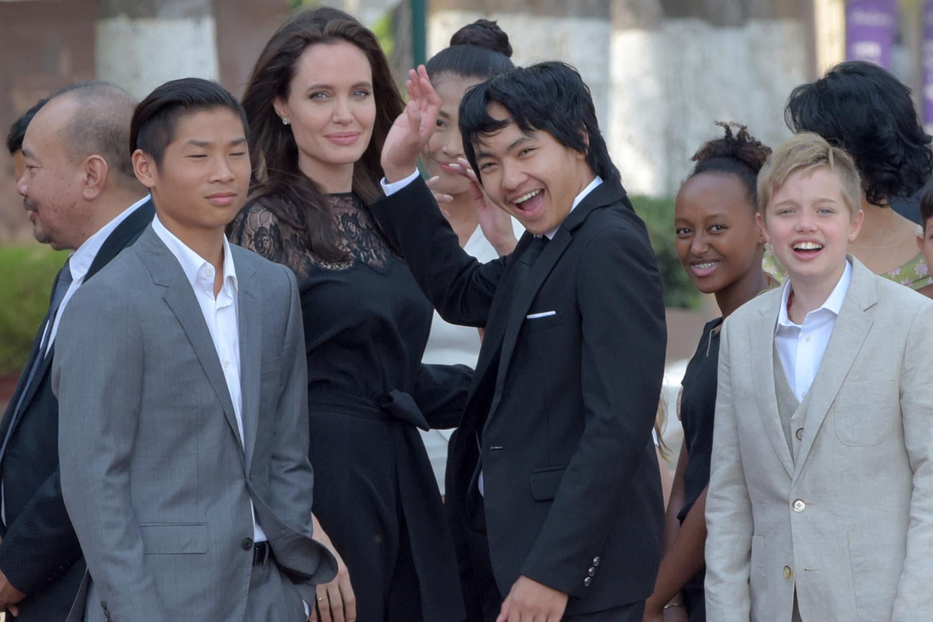 Angelina Jolie con cuatro de sus seis hijos