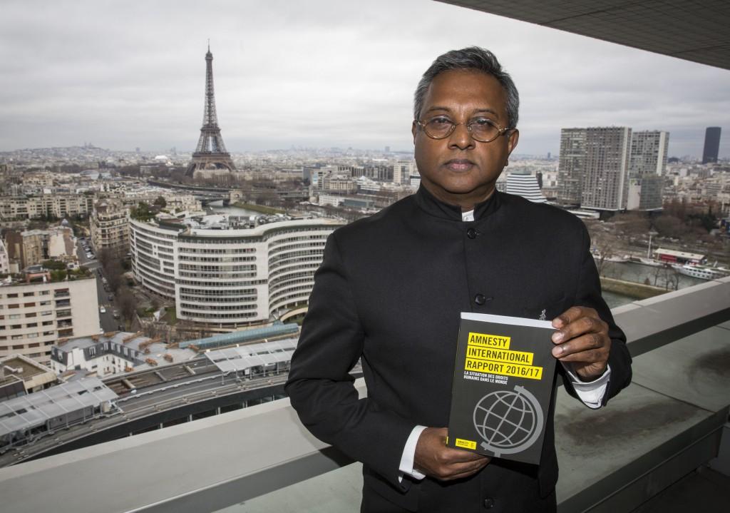 Salil Shetty, secretario general de Amnistía Internacional, con el informe anual de la organización (EFE)