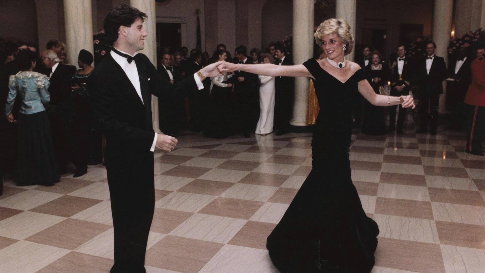 La princesa Diana bailó con el actor John Travolta en la cena de la Casa Blanca del presidente Reagan en 1985.Usóun vestido de terciopelo azul hecho por encargo de Victor Edelstein (REX/Shutterstock)