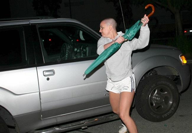 Subastan el paraguas con el que Britney Spears atacó a un paparazzi hace 10 años - Infobae