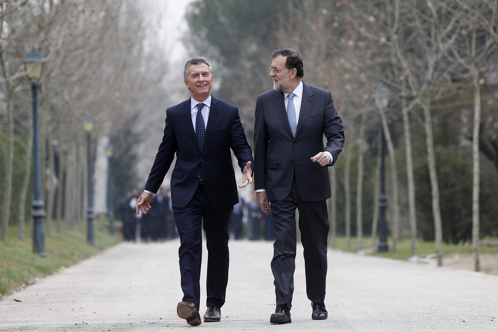 Rajoy y Macri, pasean por los jardines del Palacio de la Moncloa