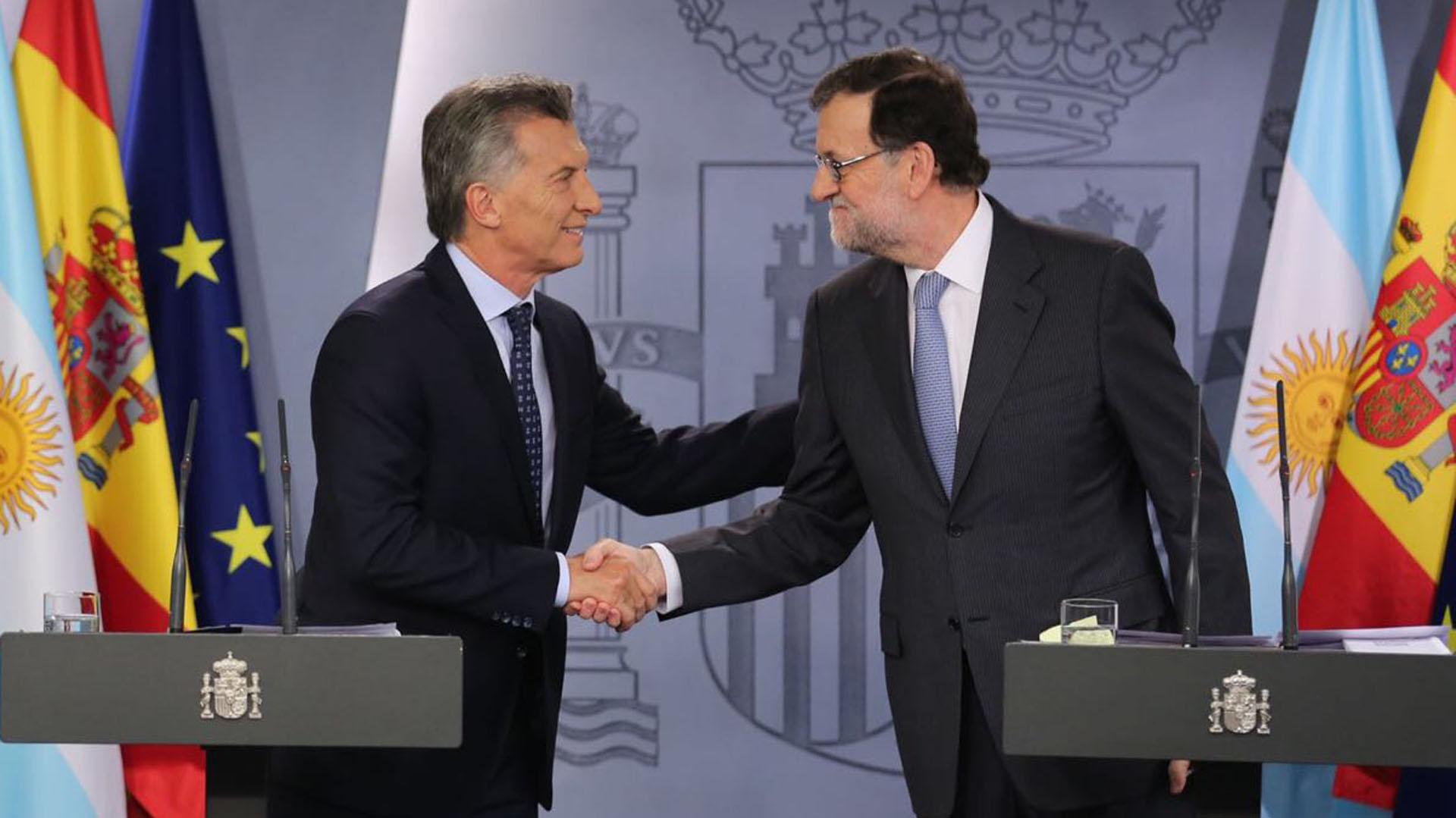 Mauricio Macri se saluda con Mariano Rajoy en un encuentro en Madrid (Foto: Fabián Pechervsky)