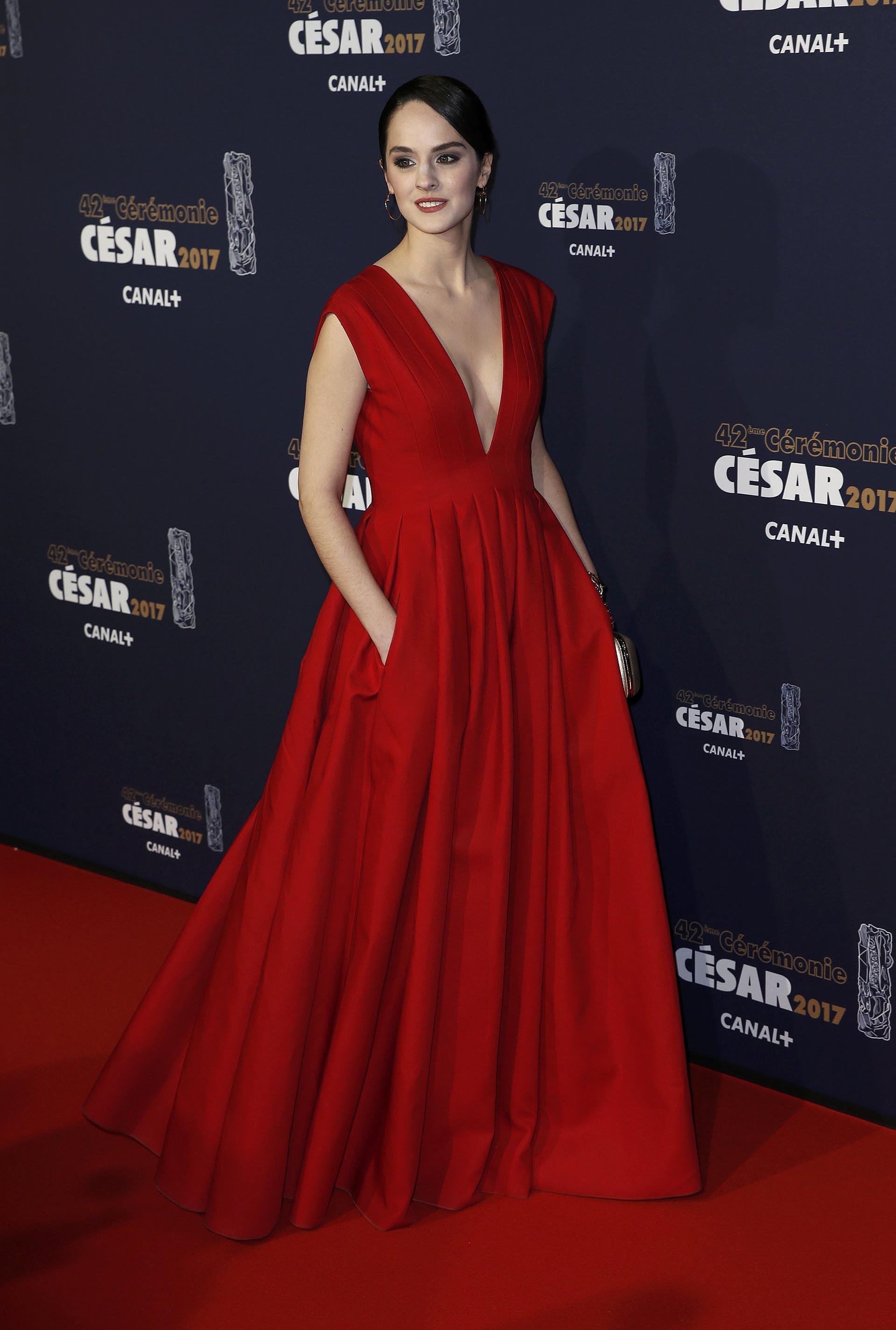 Noemie Merlant se coronó la mujer más elegante de la noche con este diseño colorado de gran escote