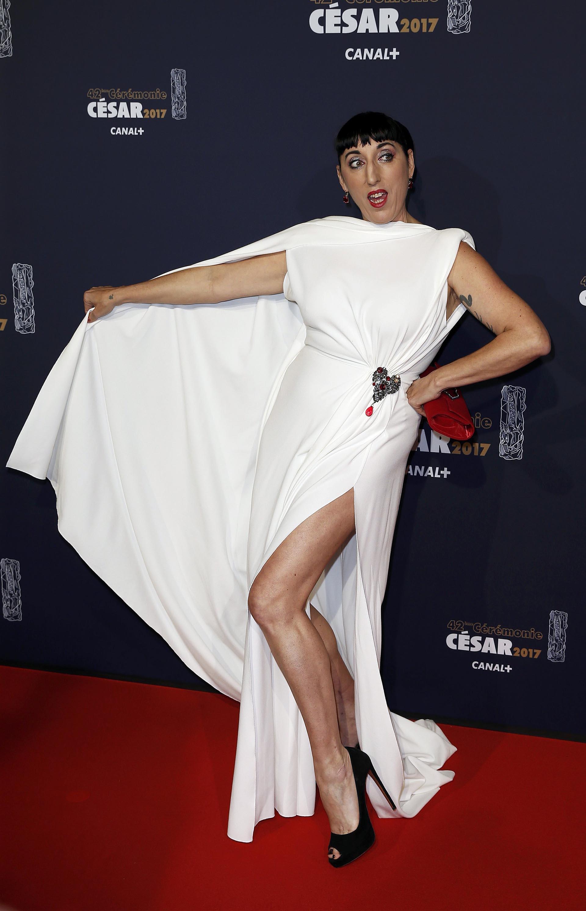 Rossy de Palma con un sentador vestido blanco con abertura lateral y capa