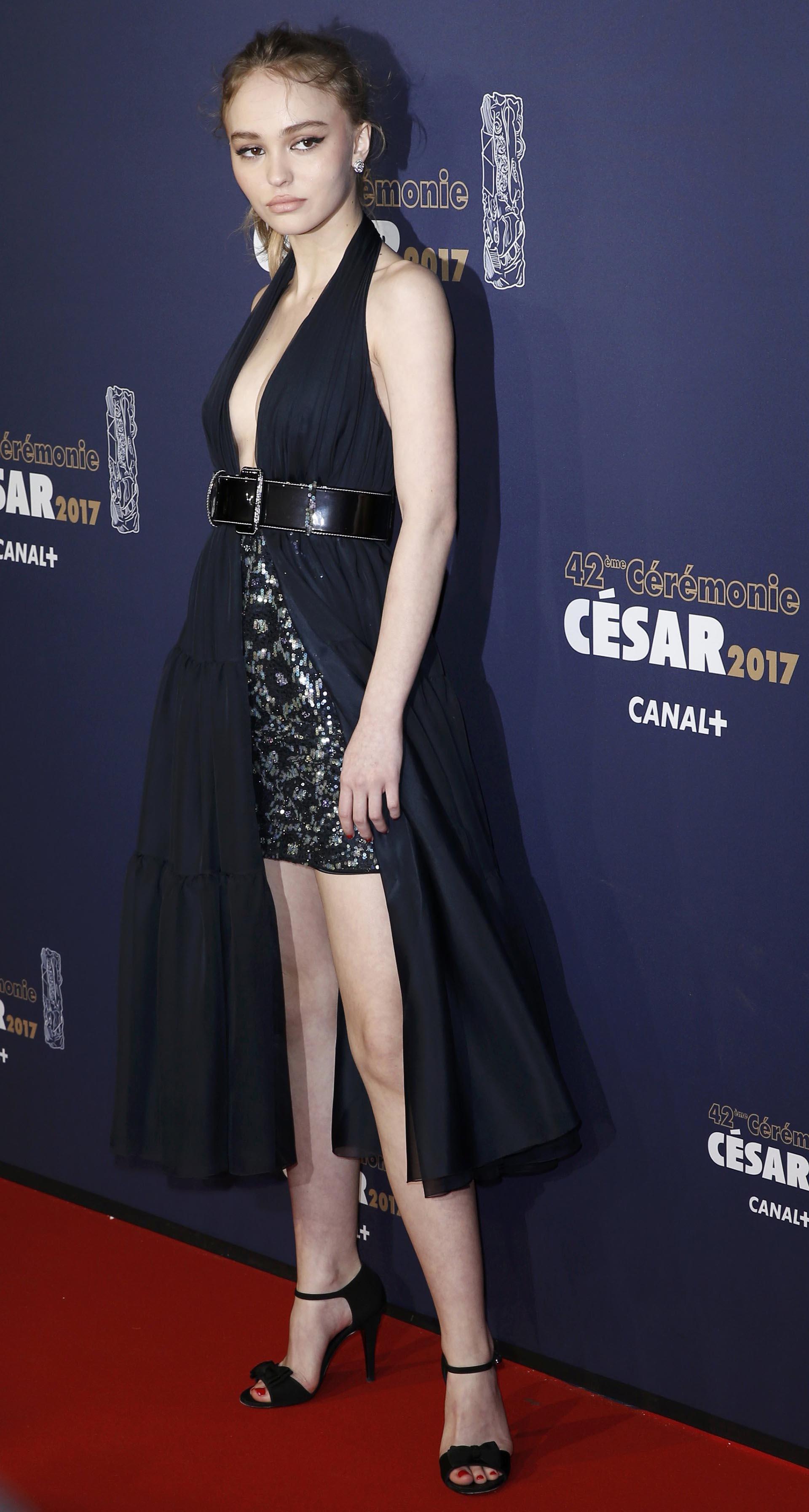 La actriz y modelo Lily-Rose Depp lució su estilizada figura con este origina vestido con un gran cinturón de charol y gran hebilla