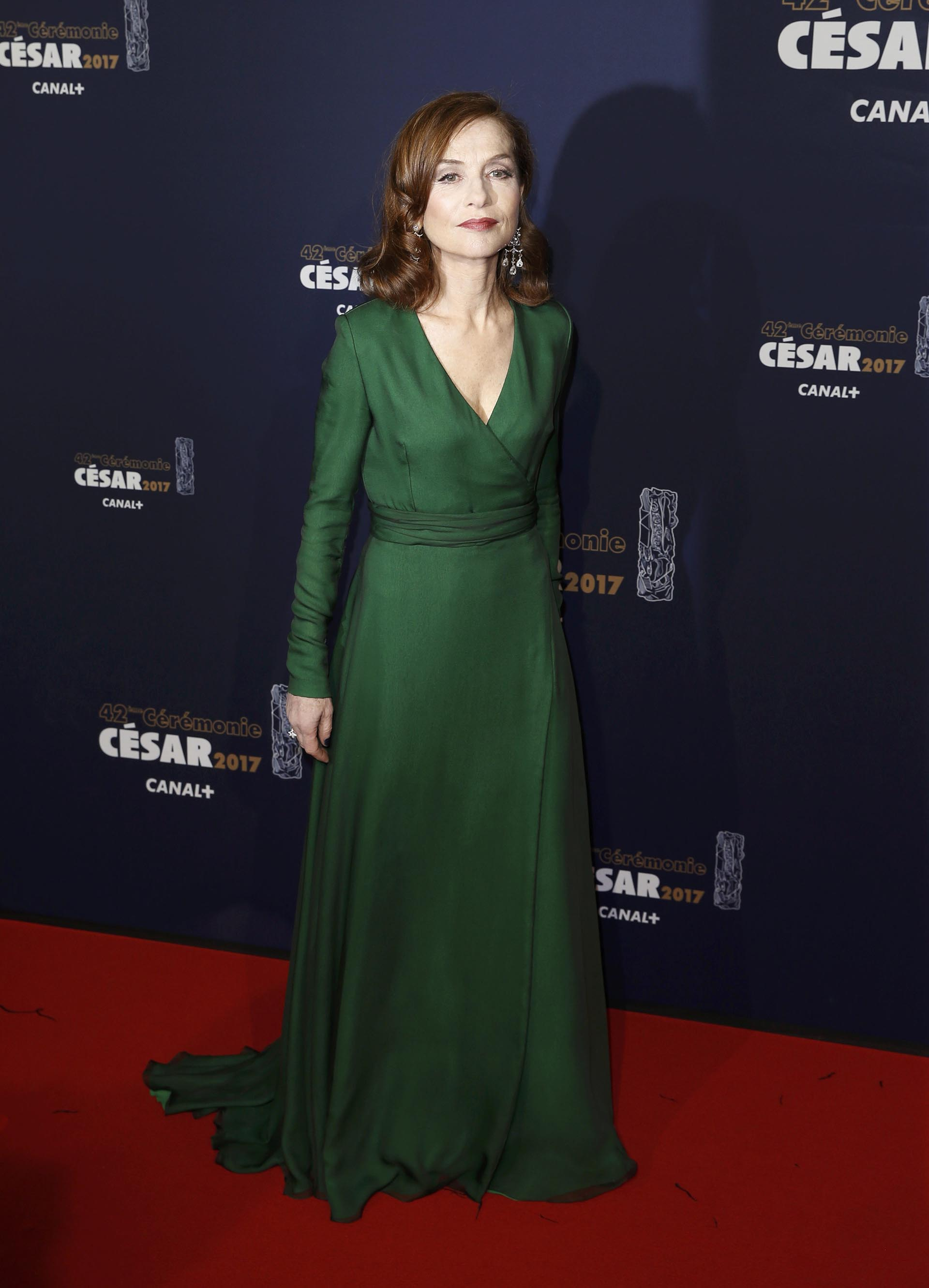 Un sofisticado vestido en verde esmeralda para Isabelle Huppert