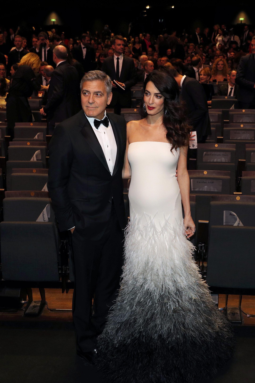 George Clooney con un elegante smoking y Amal Alamuddin con un espectacular diseño de Atelier Versace