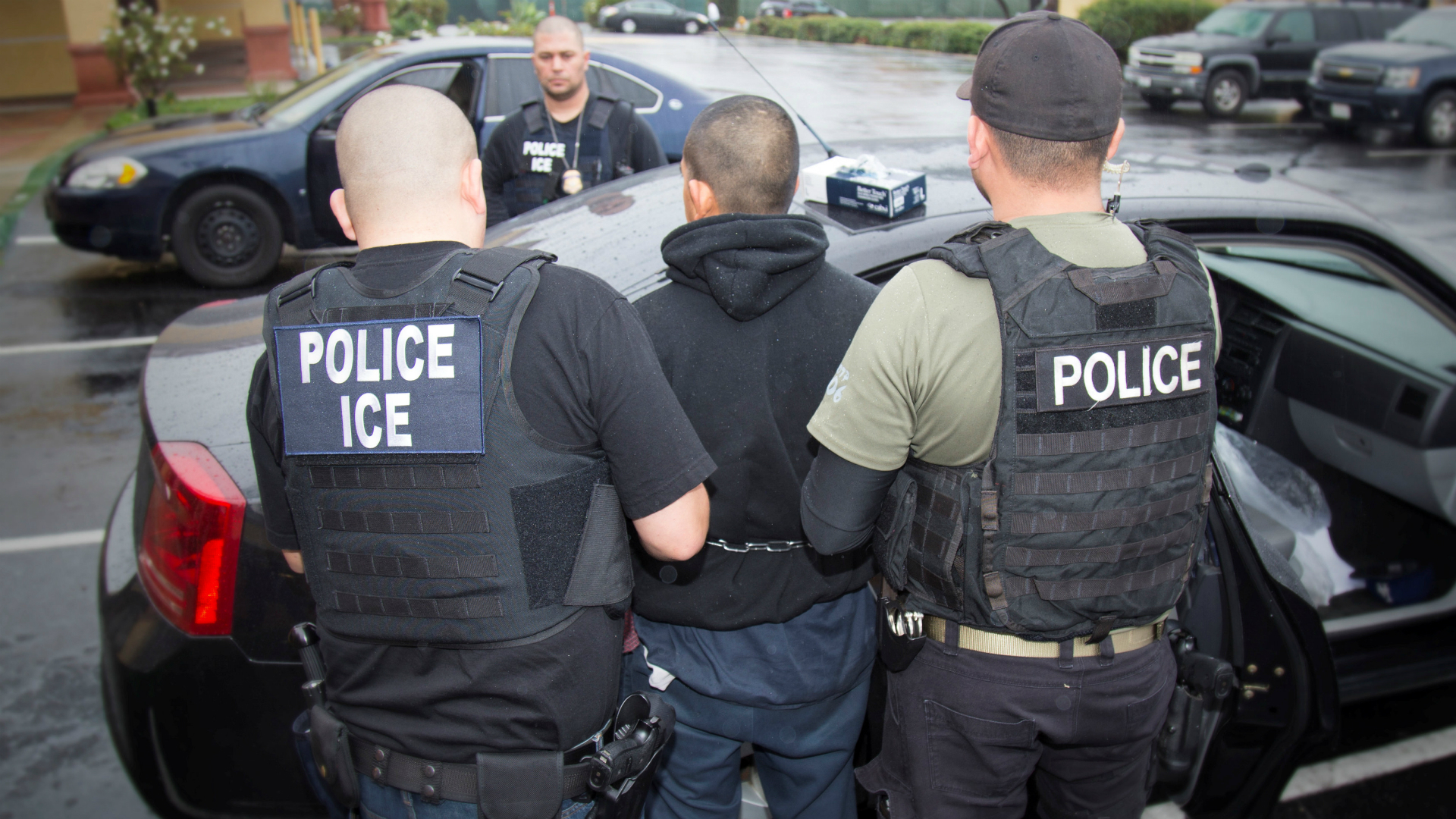 Un inmigrante es detenido por policías.