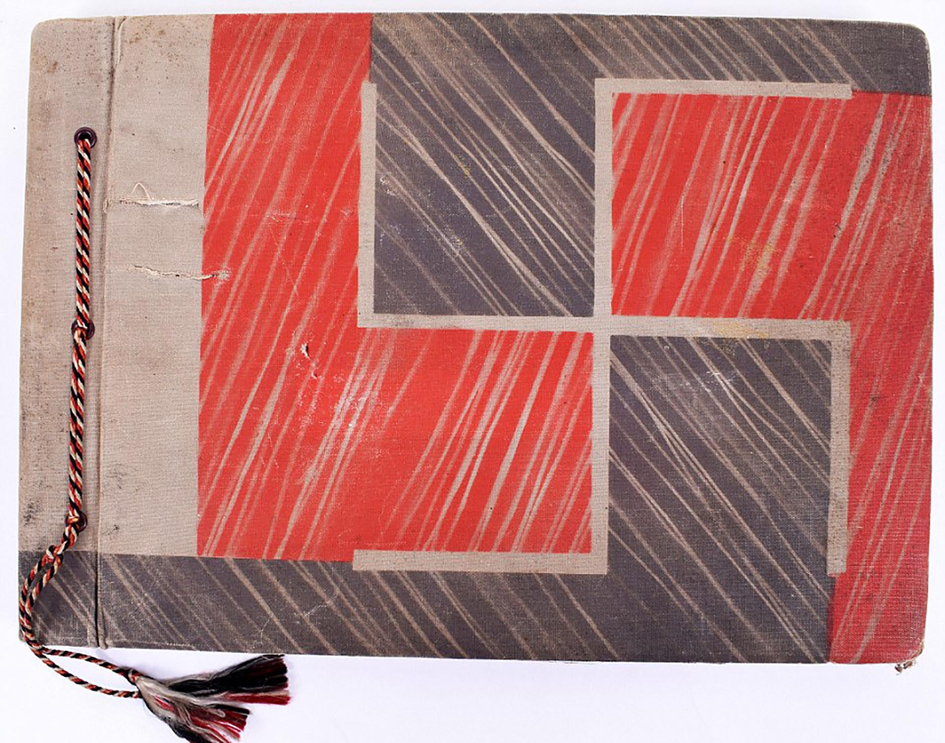 La portada del álbum fotográfico de Eva Braun es elocuente: una cruz esvástica lo decora en su totalidad (C&T Auctions/BNPS)