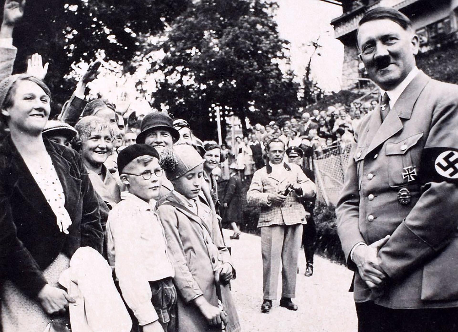 Hitler se muestra simpático ante los niños (C&T Auctions/BNPS)