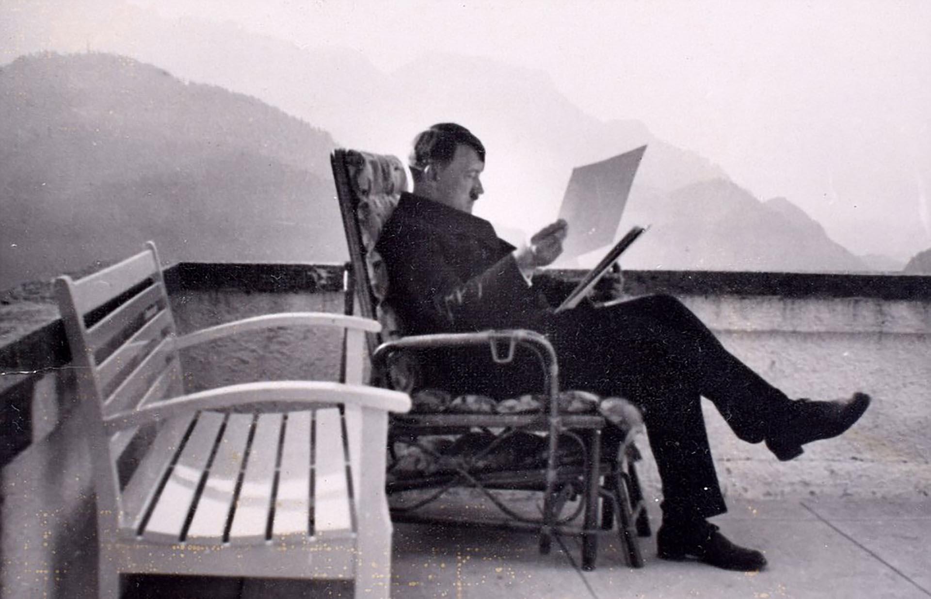 Adolf Hitler estudia documentos en la base de Berghof durante la Segunda Guerra Mundial