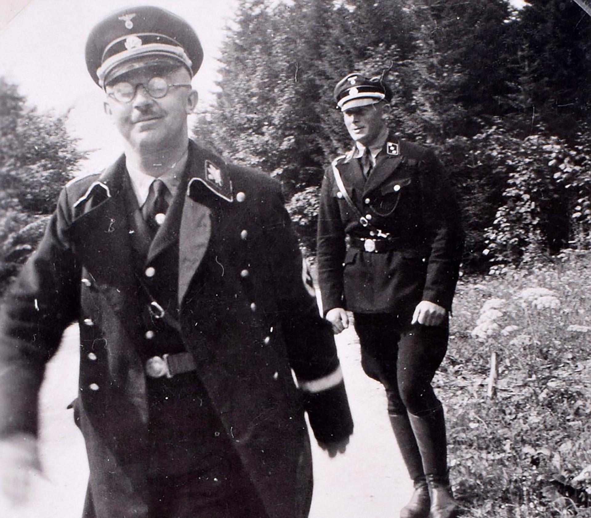 Heinrich Himmler sonríe ante la cámara fotográfica. Esta imagen también estaba en el álbum hallado en la habitación de Eva Braun en el búnker de Berlín