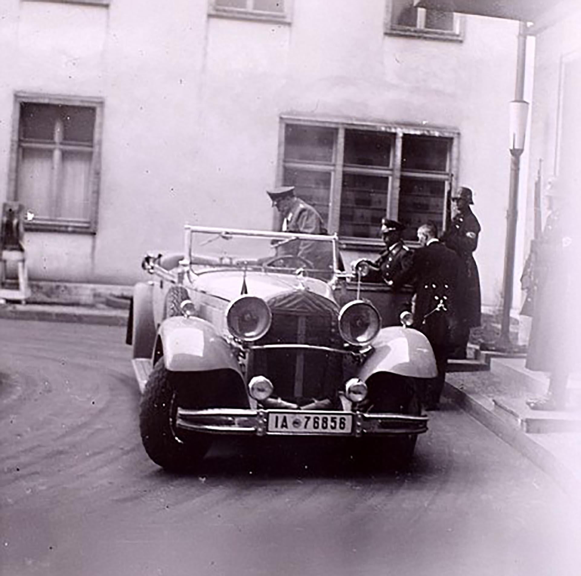 El jefe del Ejército alemán nazi, Hermann Goering, sube a un automóvil