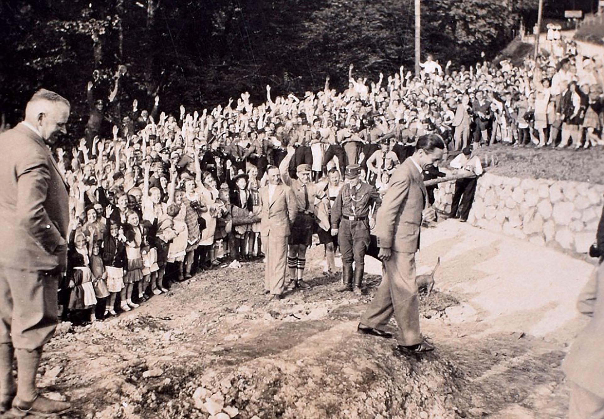 Joseph Goebbels sonríe ante una multitud de niños y mujeres. Fue el diseñador de la máquina propagandística del Tercer Reich