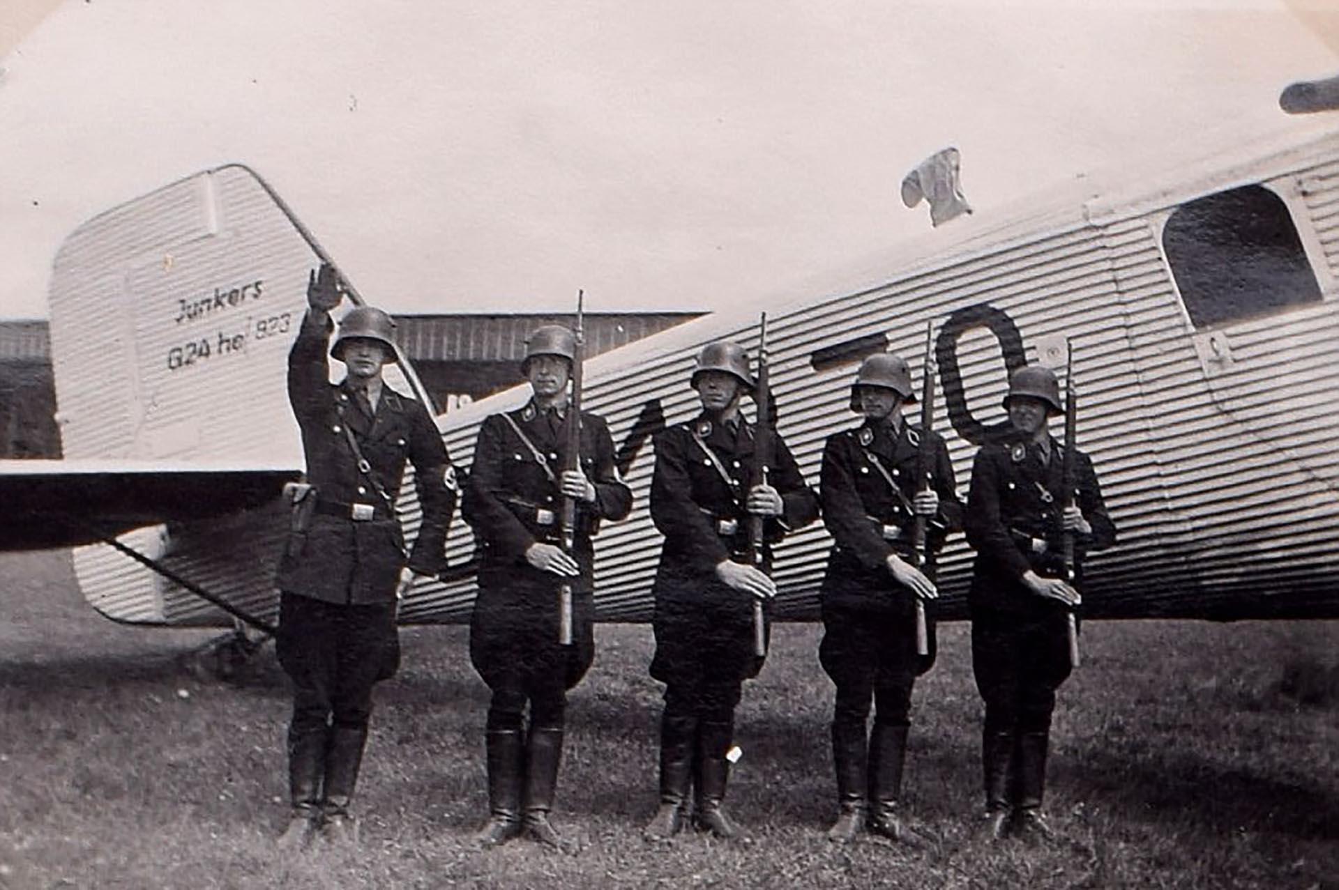 Una imagen de soldados nazis ante uno de los aviones Junkers G24