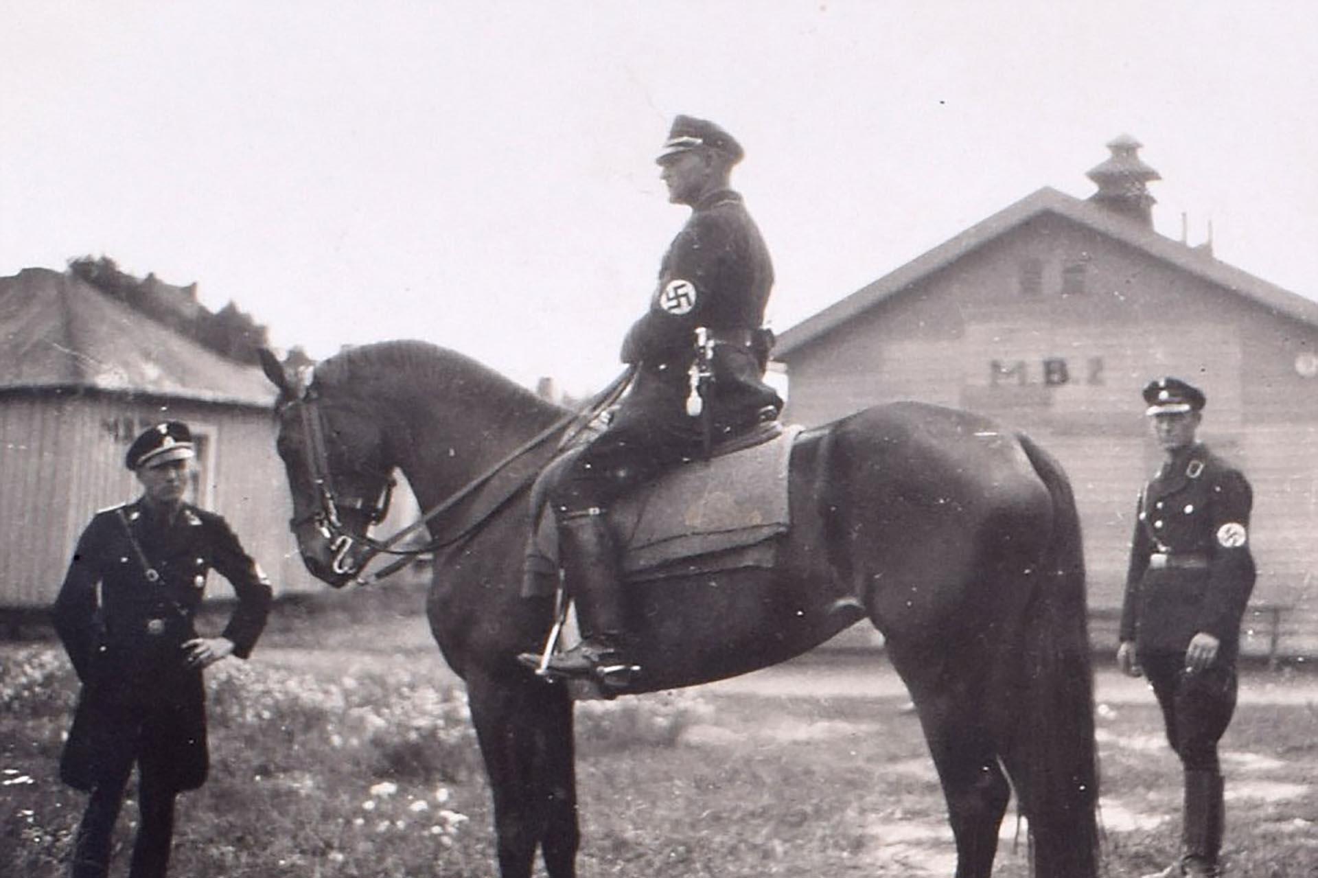 Un oficial nazi en un caballo es observado por otros dos (C&T Auctions/BNPS)