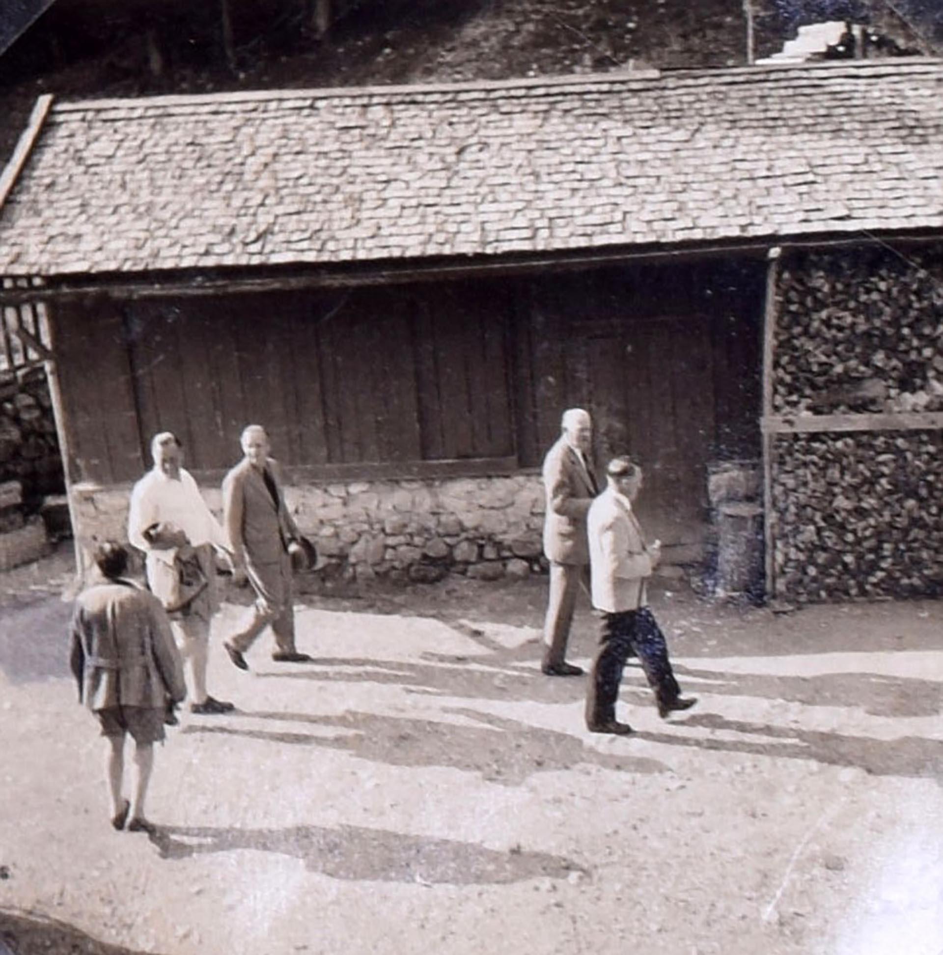 Hitler con miembros de su círculo íntimo durante una visita a Berghof (C&T Auctions/BNPS)