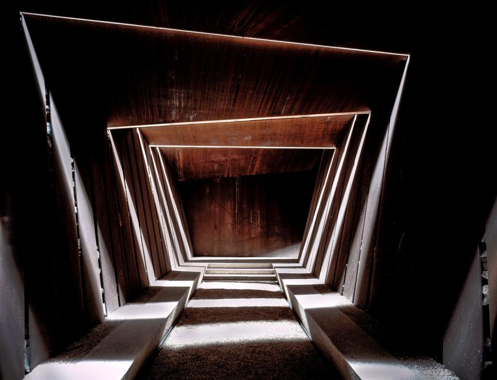 El interior de un viñedo, en camino hacia la sala de degustación, que permite la entrada de aire, luz y lluvia, creando sombras que cambian permanentemente