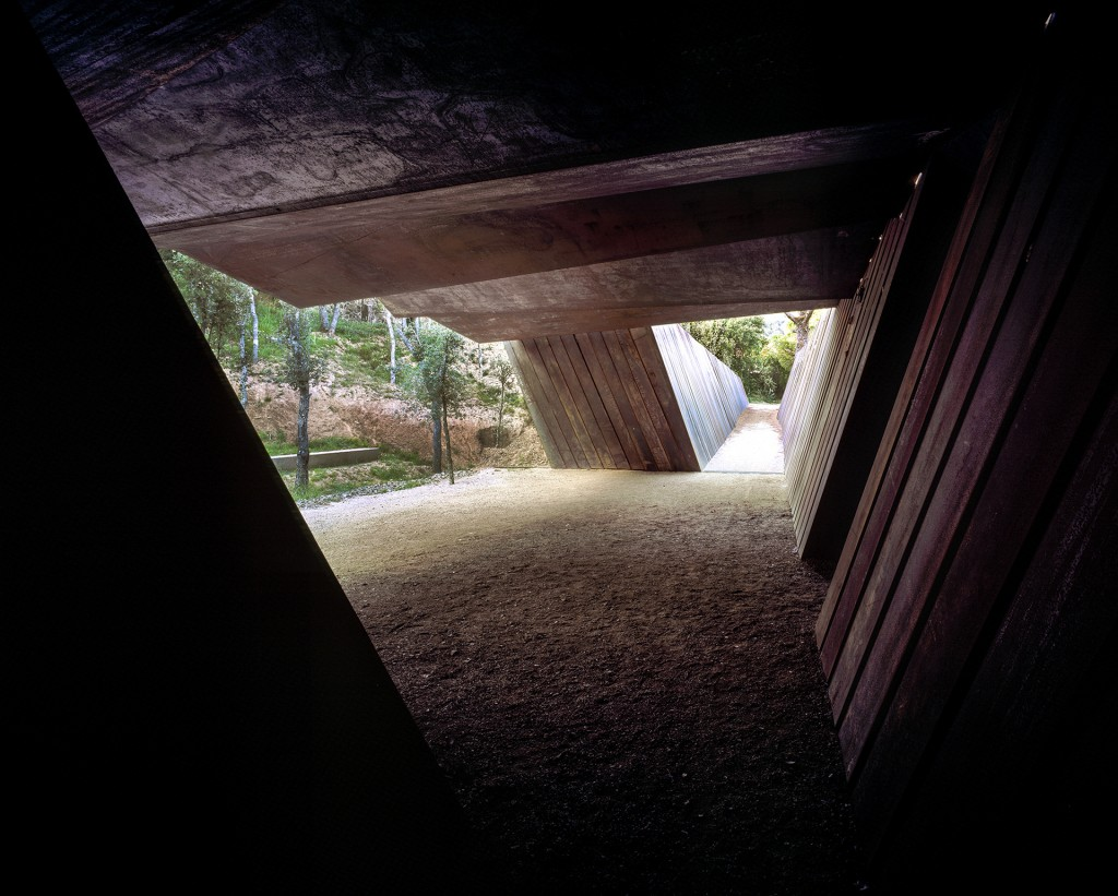 Una vista del pasillo exterior que conecta los laboratorios y las áreas de trabajo con la cava. Los visitantes, con vista al bosque, disfrutan de una experiencia en todos los sentidos