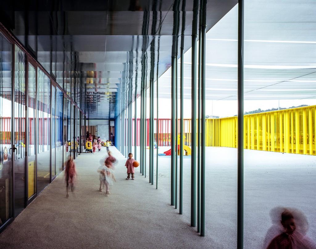 Desde el exterior, el edificio rectangular parece simple. Los tubos verticales, algunos de ellos son parte de la estructura, son de diferentes colores y diámetros y algunos giran para que los niños jueguen