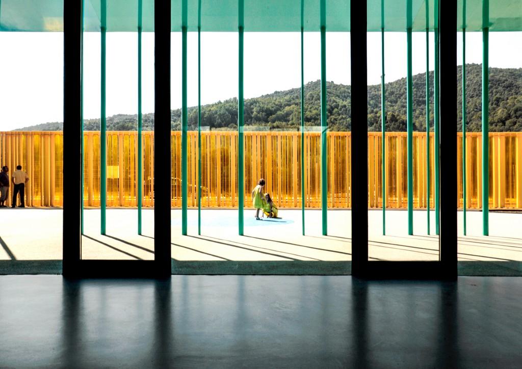Las paredes y techos de vidrio permiten la iluminación natural